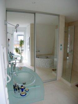 Schiebetürenanlage mit Spiegelfüllung und viel Stauraum