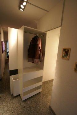 Präzision durch und durch - Herausschwenkbare Garderobe